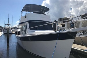 39' Mainship 395 Trawler 2010 Starboard Bow