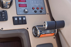 54' Azimut Flybridge 2014 Lower Helm Throttles