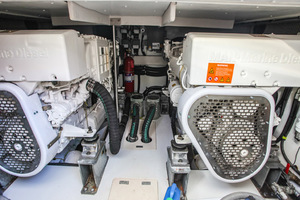 54' Azimut Flybridge 2014 Engine Room