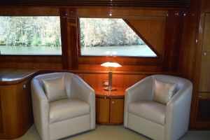 82' Hargrave Flybridge Motor Yacht 2001 Salon Looking to Starboard