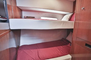 54' Meridian Sedan Bridge 2011 Guest Bunks