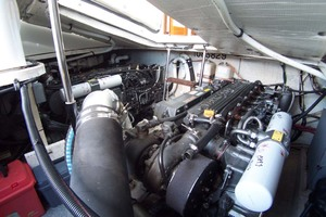 36' Sabre Express MK ll 2000 Engine compartment