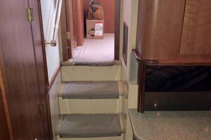 44' Cruisers Yachts 4450 2002 Stairs from Master Stateroom to Salon
