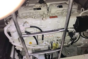 44' Cruisers Yachts 4450 2002 Engine Starboard