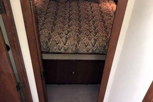 44' Cruisers Yachts 4450 2002 Forward Stateroom Entry