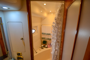 53' Carver 530 Voyager Skylounge 2002 Bath