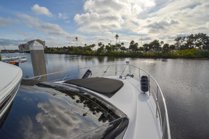 53' Carver 530 Voyager Skylounge 2002 Bow