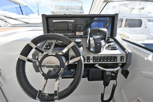 39' Cruisers 390 Express 2015 Helm Station