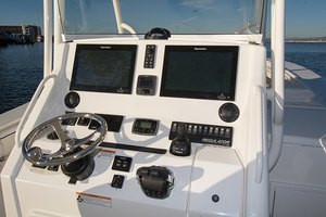 34' Regulator 34 Center Console SS 2016 HELM STATION