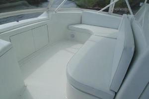 55' Viking Convertible 2000 Bridge Forward Seating In White.