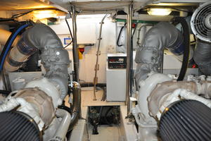 65' Fairline Squadron 1995 Engine Room Looking Aft