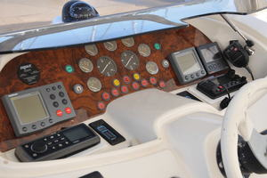 65' Fairline Squadron 1995 Helm Detail