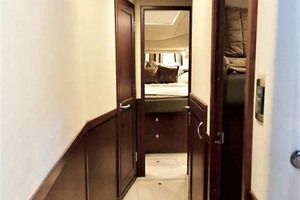 58' Sea Ray 58 Sedan Bridge 2006 Companionway