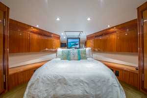 64' Hatteras Flybridge Motoryacht 2008 VIP Looking Forward