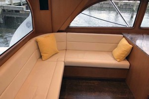50' Henriques Flybridge 2017 Salon Seating