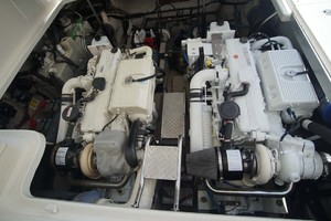 44' Sea Ray Sundancer 2006 Engine Room