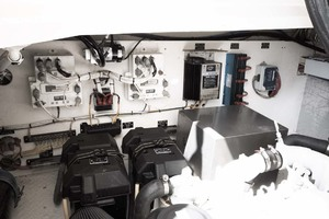 33' Rampage Express 2007 28 Engine Room