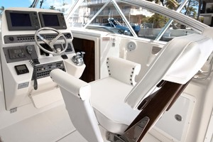 33' Rampage Express 2007 15 Captain's Chair