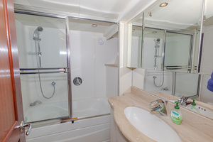 65' Pacific Mariner Pa 65 2006 Master Bath