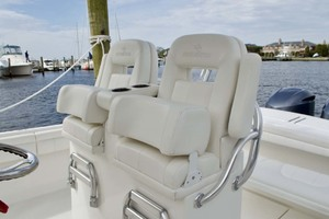28' Regulator 28 Center Console 2018 Helm Seats