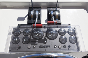 55' Gibson 5500 2005 Upper helm gauges