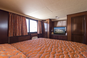 55' Gibson 5500 2005 TV in the master stateroom