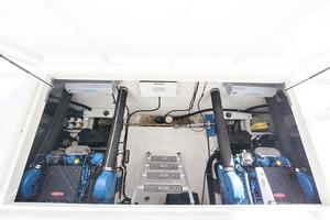 55' Gibson 5500 2005 Engine room