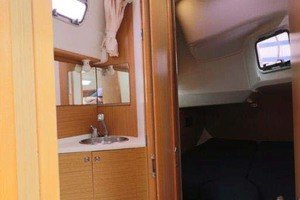 44' Jeanneau Sun Odyssey 44i 2010 Guest Stateroom And Head