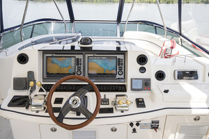 52' Sea Ray 500 Sedan Bridge 2005 Helm view 2
