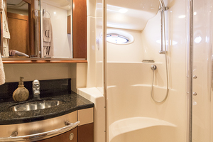 52' Sea Ray 500 Sedan Bridge 2005 Guest vanity and shower