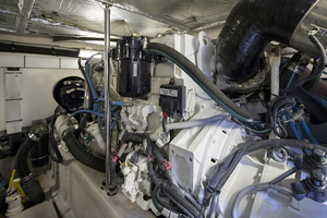 52' Sea Ray 500 Sedan Bridge 2005 Engine room 3
