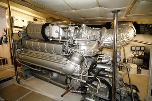 72' Pershing  2008 Engine Room