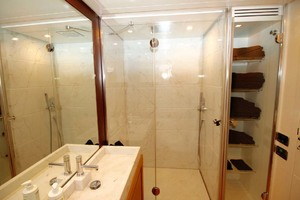 72' Pershing  2008 Master Head And Shower