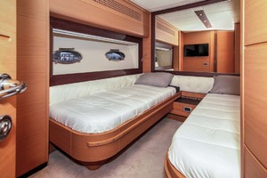 72' Pershing  2008 Guest Stateroom