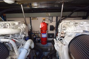55' Sea Ray Sundancer 2004 Engine Room