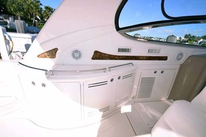 55' Sea Ray Sundancer 2004 Cockpit Port