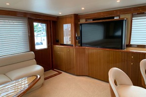 74' Viking Convertible 2005 Main Salon TV