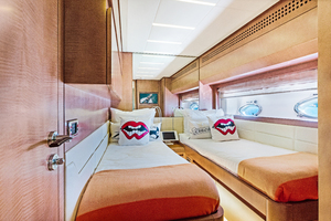 82' Pershing  2015 Guest Stateroom
