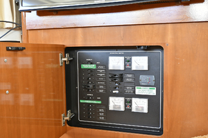 41' Carver 41 Cockpit Motor Yacht 2006 Control Panel