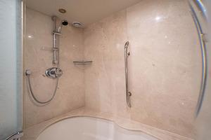80' Lazzara Skylounge 2002 Master Stateroom Jacuzzi Tub / Shower