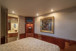 80' Lazzara Skylounge 2002 Port Guest VIP Stateroom