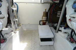 46' Post Sport Fisherman 1994 Engine Room
