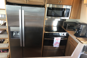 ' Pacific Mariner Pilothouse 2000 Galley / Upgraded Refrigerator & Microwave 2017