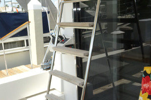 ' Pacific Mariner Pilothouse 2000 Aft Deck Ladder to Boat Deck / Flybridge