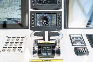 47' Intrepid 475 Sport Yacht 2015 Controls
