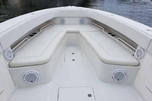 38' Jupiter Center Console 2008 Bow Seating