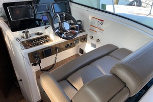 41' Cruisers 41 Cantius 2015 Helm Station