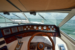 49' Sea Ray 440 Sundancer 1994 Helm