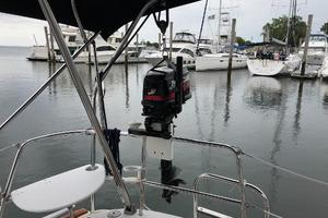 43' Beneteau America 423 2004 5HP outboard engine with hoist