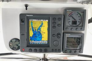 43' Beneteau America 423 2004 Pedestal with: RL70C, ST60 Tridata, ST 60 wind, ST6001 Smart Pilot control, Bow Thruster control, VHF command Mic